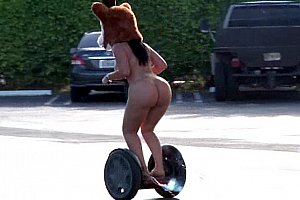 Fat ass Riding Segway komplett nackt