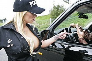 Busty blonde Polizistin Spreads Beine