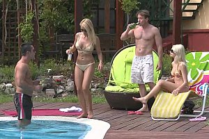 Zwei braune blonde Euro babes fucking am Pool